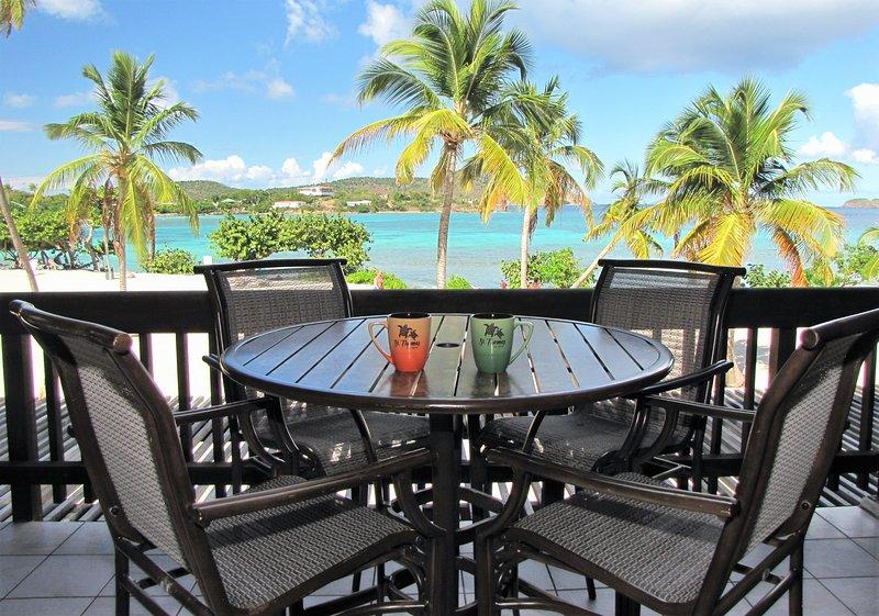 Your Perfect Beachfront Condo in Paradise #2, alquiler de vacaciones en Smith Bay