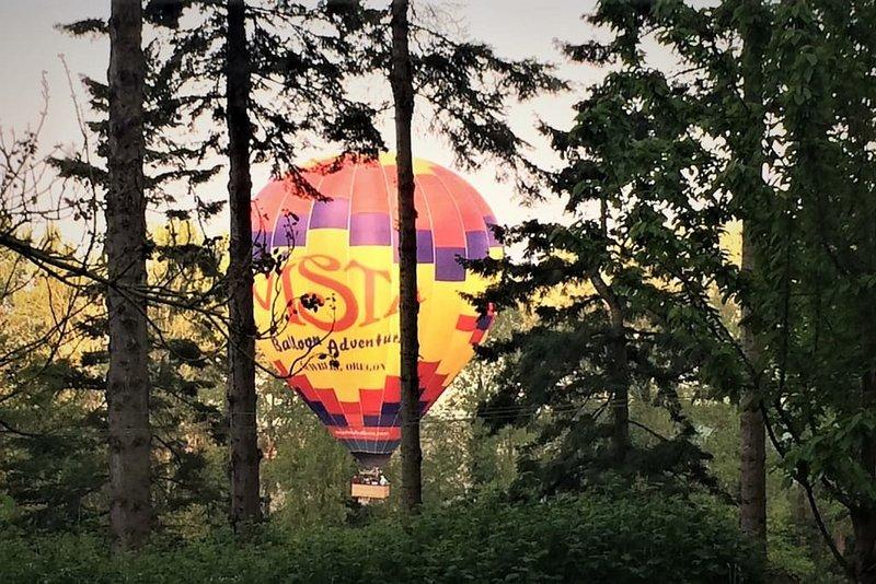 Los globos se sumergen en el río justo en frente.