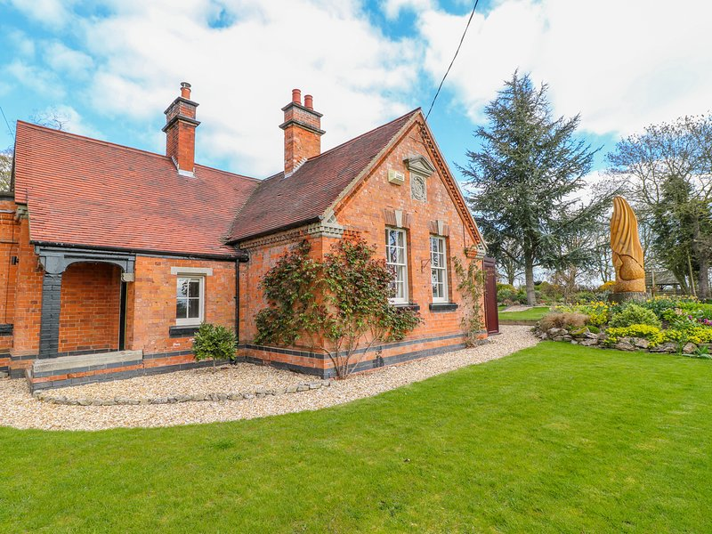 SOUTH LODGE, Woodburner, WiFi, Enclosed garden, Longford, vacation rental in Shirley