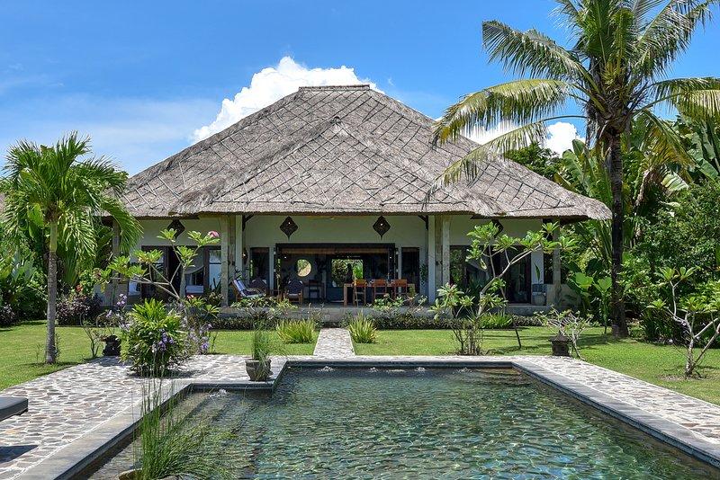 Villa sulla spiaggia a nord di Bali, priv. piscina, cucina, grande giardino tropicale, 4 camere da letto