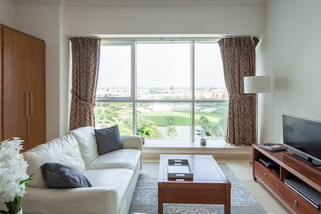 Spacious and Comfy Studio in heart of JLT!, holiday rental in Jebel Ali