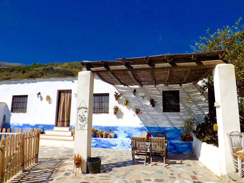 Casa Rural La Encina, con piscina privada a tres kilómetros de Lanjaron., holiday rental in Carataunas