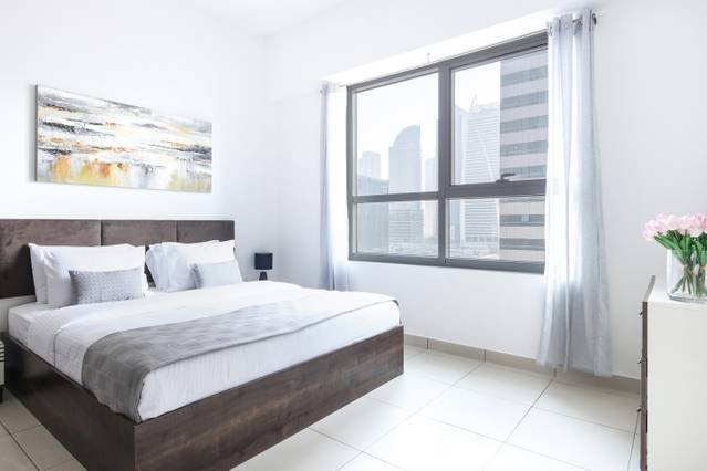 Light and Modern Studio in JLT! Sleeps 4!, alquiler de vacaciones en Jebel Ali