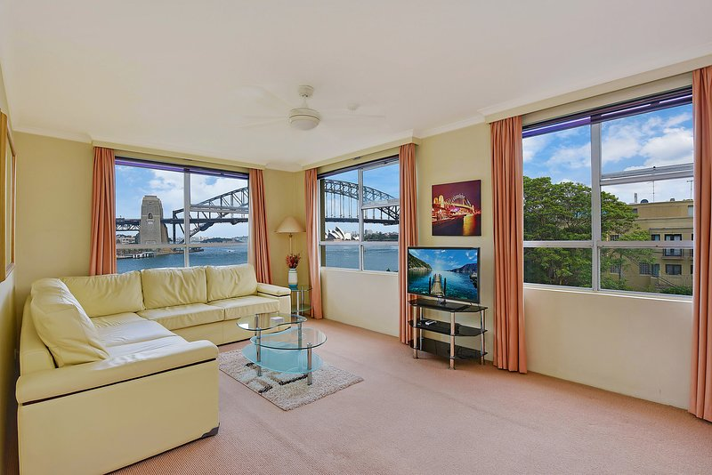 GREAT HARBOURFRONT APT DIRECT HARBOUR BRIDGE & OPERA HOUSE VIEWS WITH POOL, vacation rental in St Peters