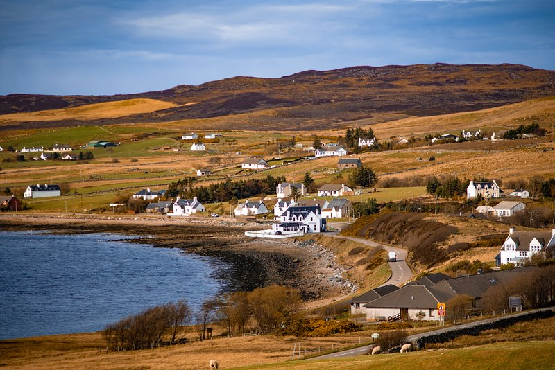 Bright little bungalow in traditional Highland village - On the North Coast 500, holiday rental in Drumchork