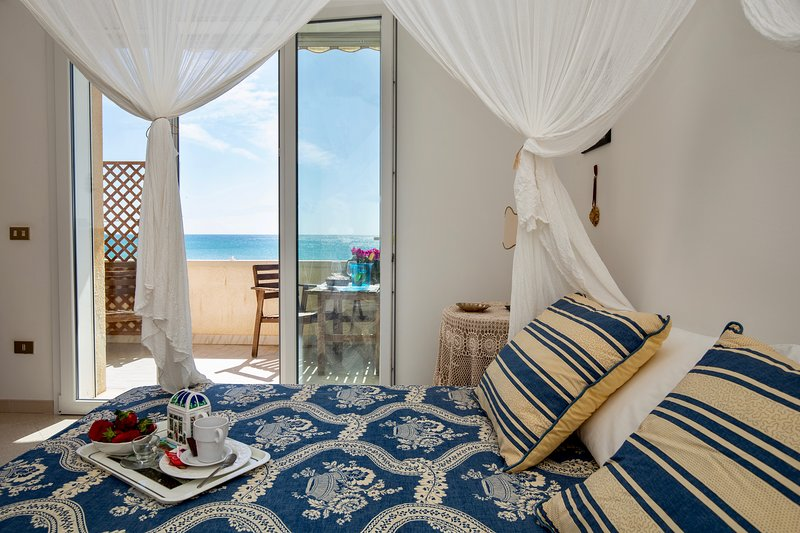 Sunrise over the sea, holiday rental in Noto