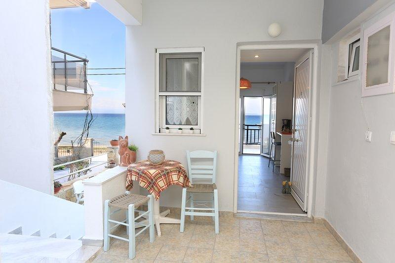Beachfront apartment in Polychrono Halkidiki, location de vacances à Polychrono