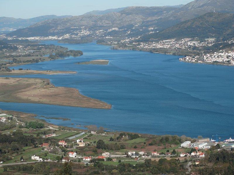 Vistas del rio Miño y Caminha ( Portugal ) desde el monte Santa Tecla ...