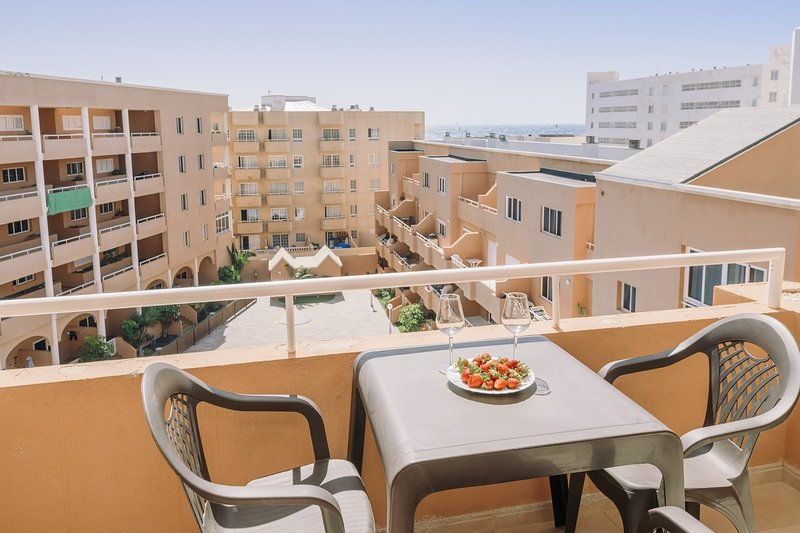 Attic apartment with terrace and pool, casa vacanza a El Medano