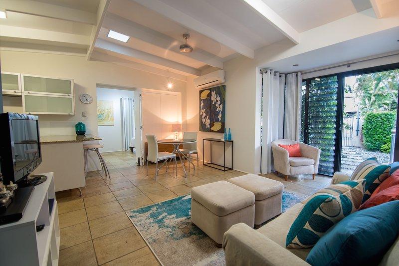 Elegant Village Setting Garden Apartment, holiday rental in Stratford