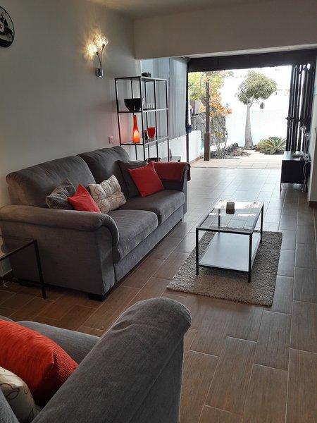 Casa Florence is a modern 2 Bedroom Bungalow with a garden, alquiler de vacaciones en Puerto del Carmen