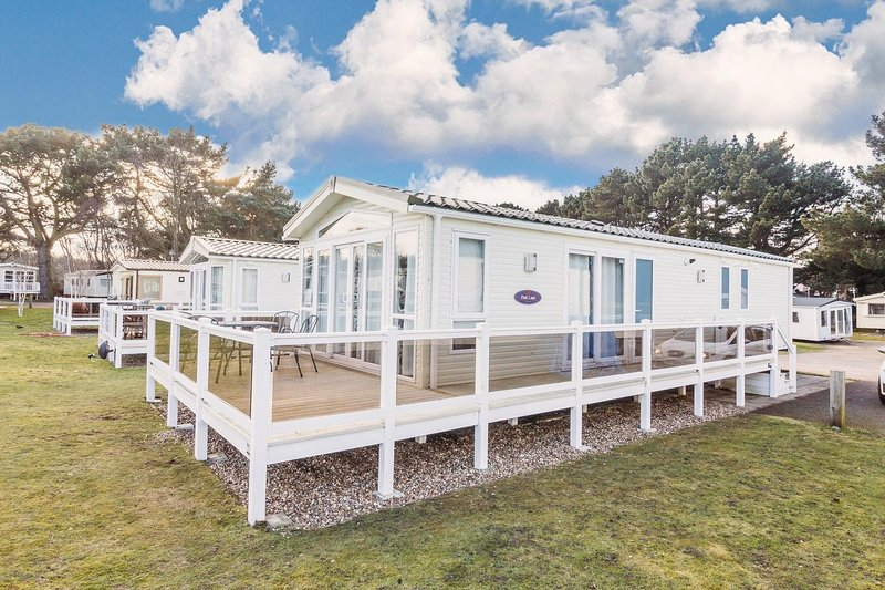 Stunning lodge with a lake view at a Haven Holiday Park in Norfolk ref 11003PL, location de vacances à Fritton