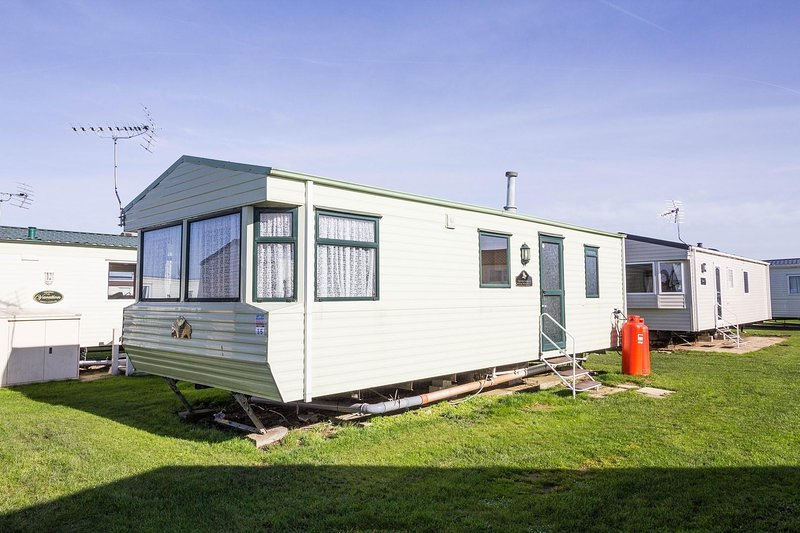 Caravan for hire minutes from a stunning beach in Norfolk ref 21036F, holiday rental in Heacham