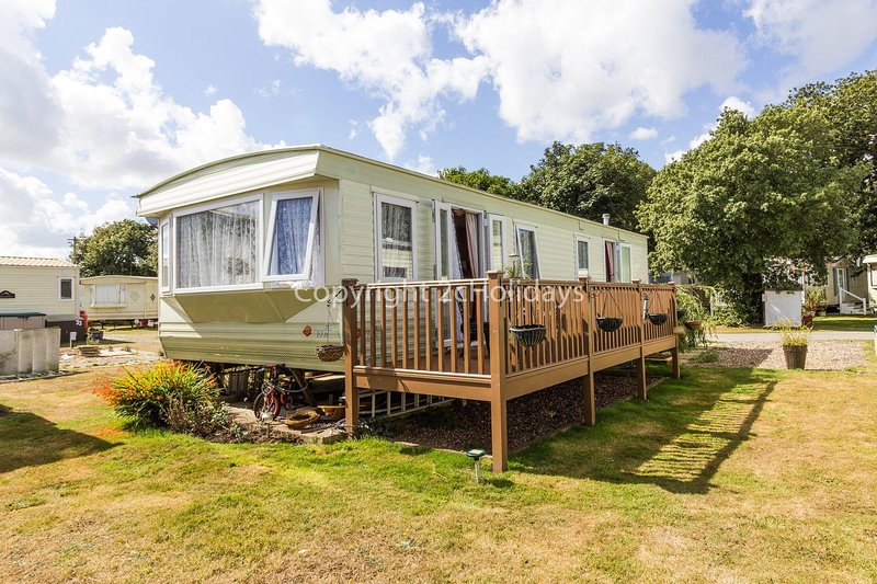 6 berth caravan for hire with a partial sea view by a beach in Suffolk ref 32042, alquiler vacacional en Lowestoft