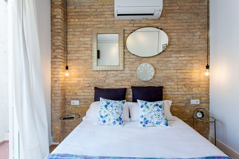 Master bedroom with double bed of 150x190cm with access to the patio. Master bedroom with do