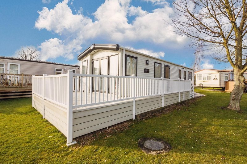 Lovely 6 berth caravan at Carlton Meres Holiday Park in Suffolk ref 60021R, holiday rental in Saxmundham