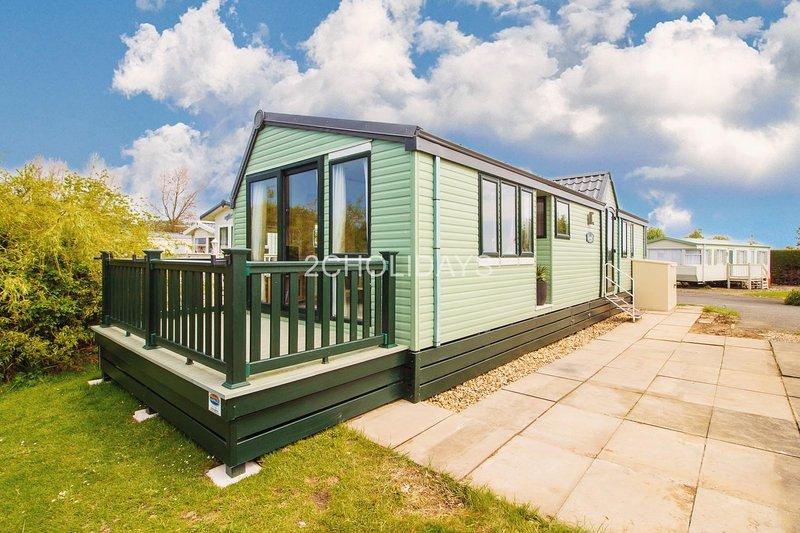 Luxury caravan with decking and stunning lake views at Southview ref 33002ML, holiday rental in Skegness