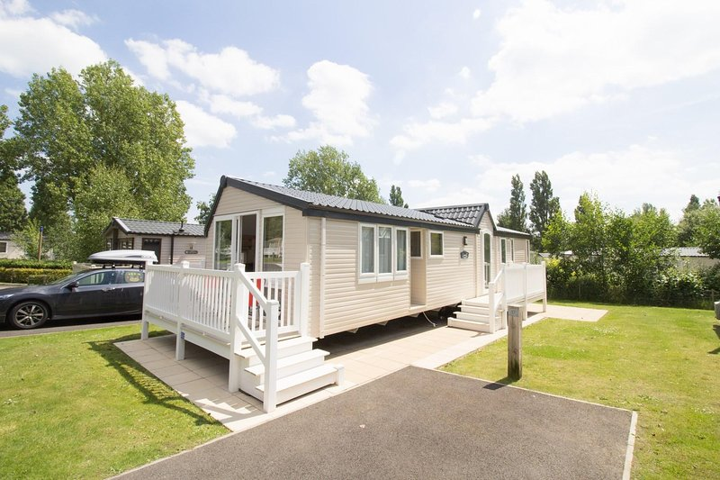 Luxury caravan for hire at Hopton Haven in Norfolk ref 80017B, vacation rental in Hopton on Sea