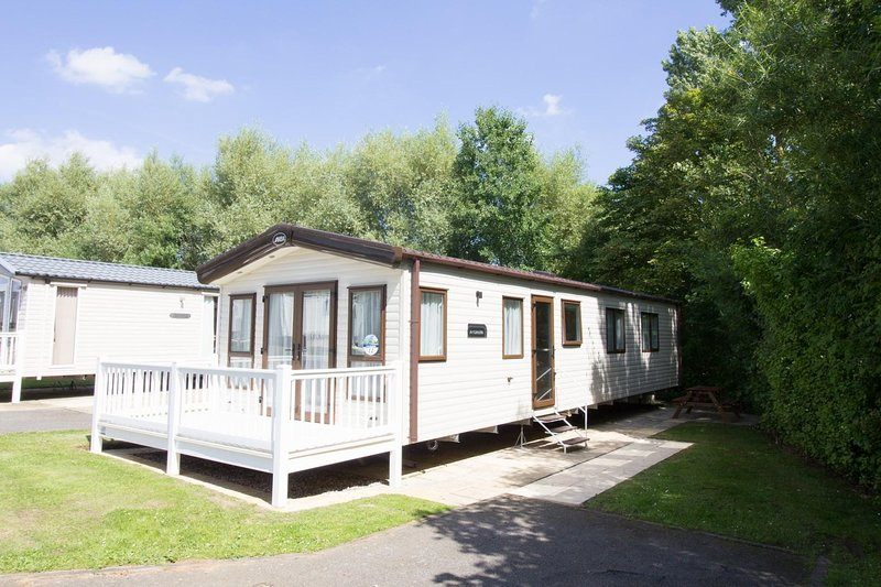 Luxury caravan for hire by the beach at Haven Hopton in Norfolk.  ref 80012SD, vacation rental in Hopton on Sea