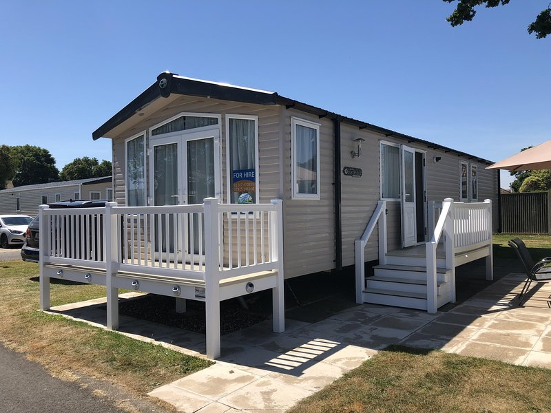 Luxurious caravan for to hire at Hopton Haven park in Norfolk ref 80027T, vacation rental in Hopton on Sea