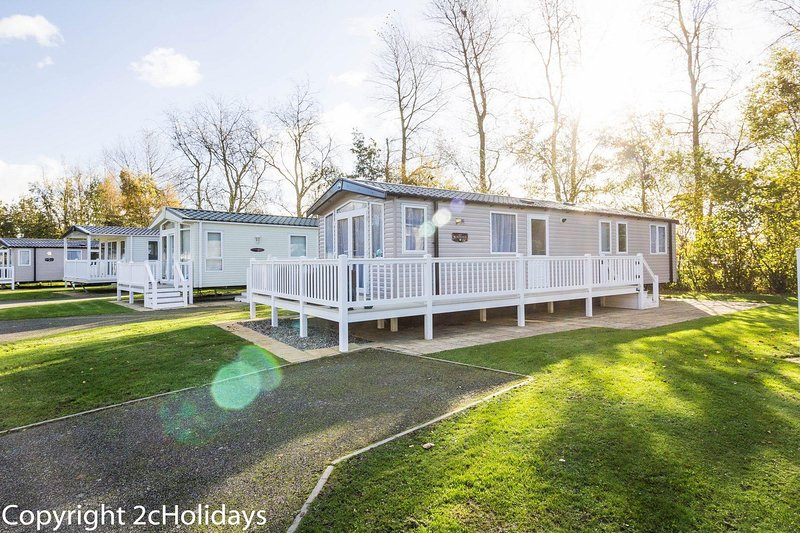 Deluxe caravan for hire at Hopton holiday village in Norfolk ref 80005B, vacation rental in Hopton on Sea
