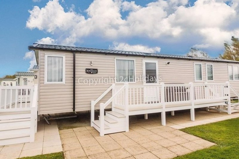Luxury & immaculate 8 berth caravan for hire at Hopton Haven park ref 80009W, vacation rental in Hopton on Sea
