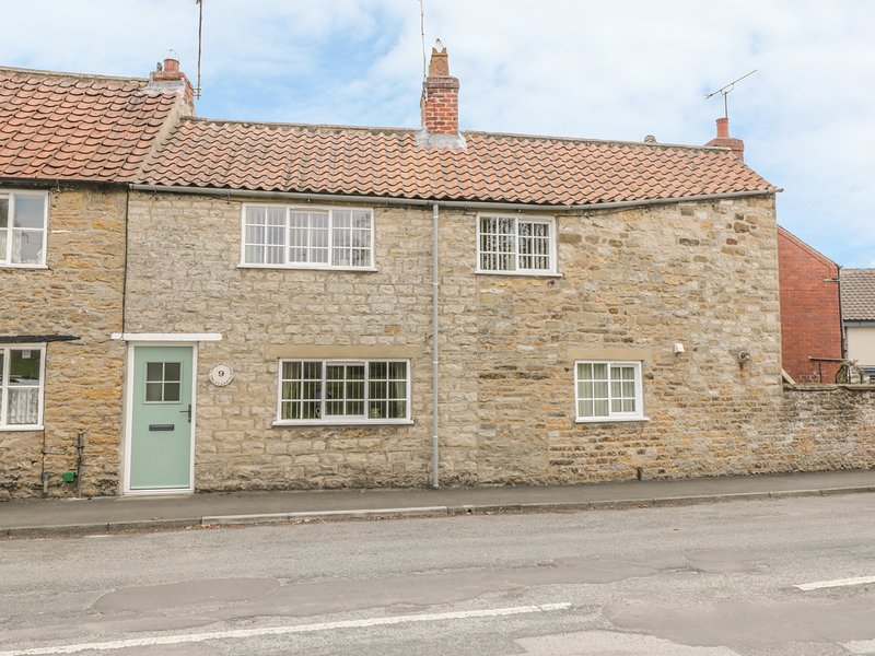 CORNER COTTAGE, Gas fire, WiFi, Courtyard garden, Kirkbymoorside, holiday rental in Harome