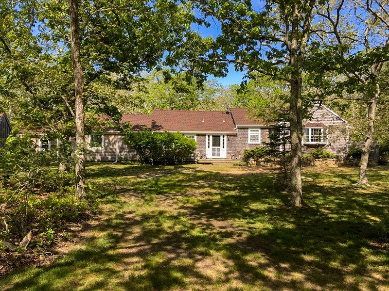 SPANM - Sweet Chilmark Cottage, Spacious Screened Porch and Deck Area, Private L, vacation rental in Chilmark