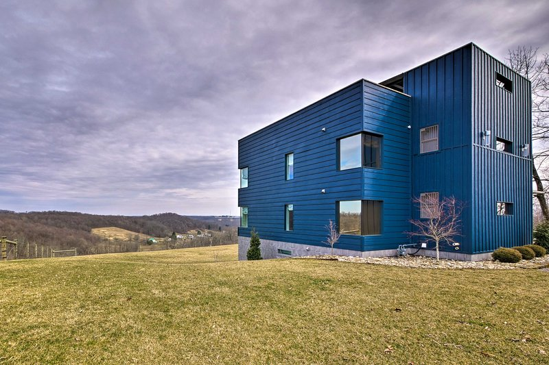 Modern Hideaway w/ Rooftop Patio & Sweeping Views!, holiday rental in Millersburg