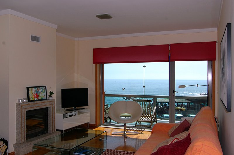 H2OPorto Beachfront - 2 bedroom ocean view apartment with balcony, holiday rental in Madalena