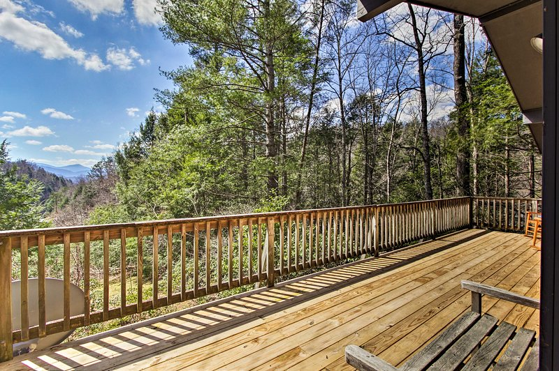 Secluded Mtn-View Cabin w/ Deck, 2Mi to Gatlinburg, vacation rental in Gatlinburg