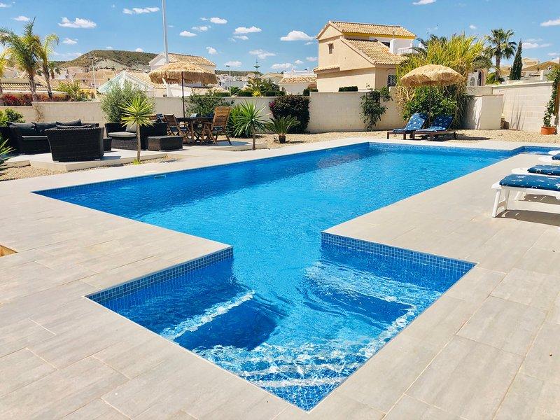 Stunning Modern Villa, UK TV, WIFI, Aircon, Private Designer Pool & Golf Course, vacation rental in Mazarron