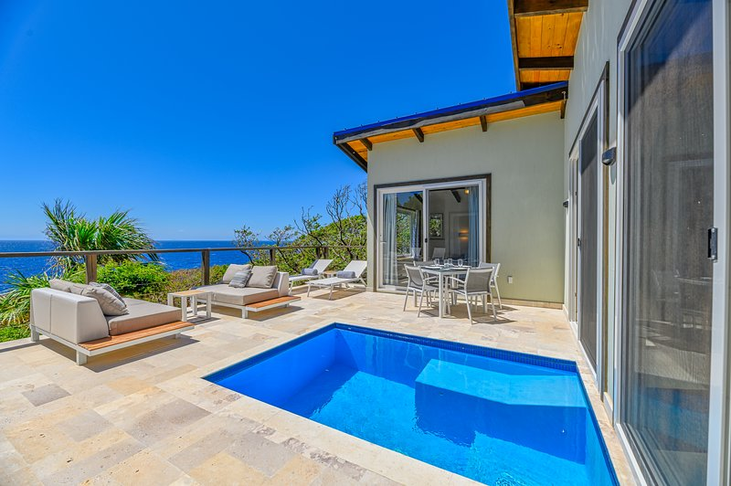 Villa Topaz Above West Bay with 180 Degree Views!, vakantiewoning in West Bay
