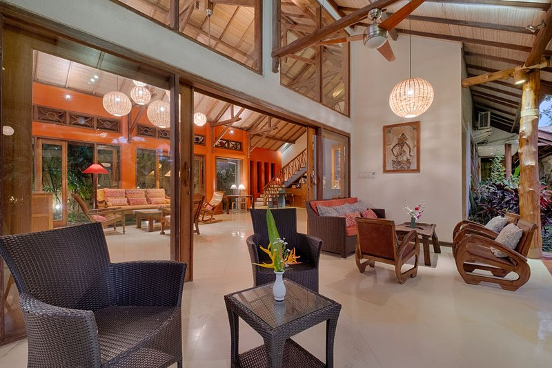 Stunning, Spacious, Colorfully Artistic Bali House, location de vacances à Sanur