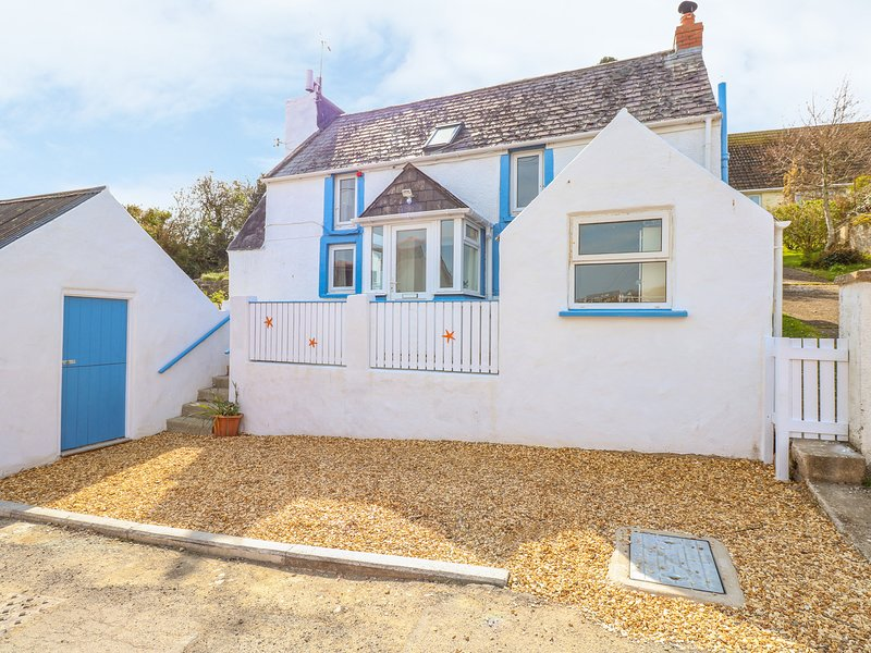 FISHERMAN'S COTTAGE, WiFi, comfortable living, courtyard and parking, in St, holiday rental in St Ishmaels
