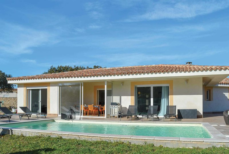 Modern 4 bed villa w/ crystal clear pool, location de vacances à Bonifacio
