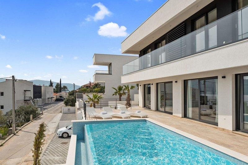 Modern White Palm Villa,in Dalmatia,with a Pool, vacation rental in Seget Vranjica
