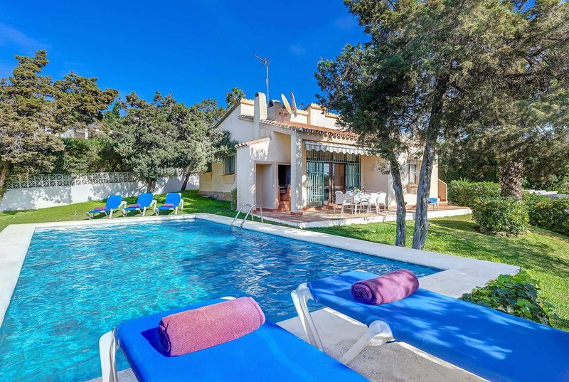 4 bed w/ private pool, Wi-Fi & BBQ, vacation rental in Artola