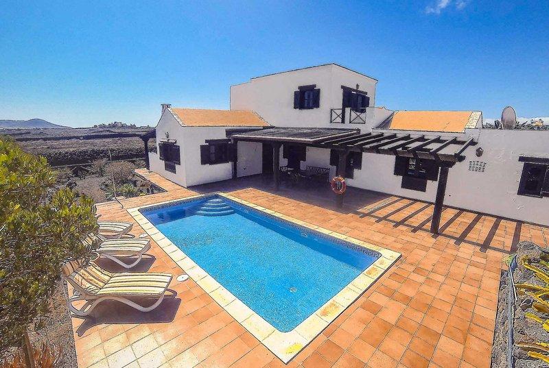 Large 4 Bed Rustic Villa w/Pool in Lajares Village, holiday rental in Lajares