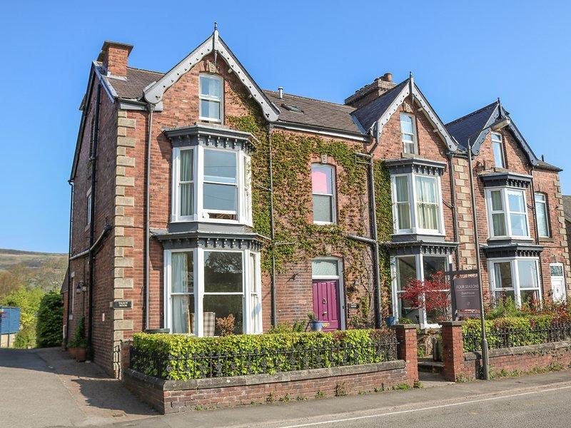 TALBOT HOUSE, pet-friendly, WiFi, off road parking, Castleton, Ref 931278, vacation rental in Rochdale