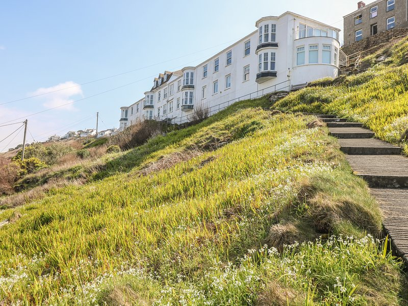 SENNEN HEIGHTS, 180 degree views over Sennen Cove, pets welcome, beach 10, vacation rental in Sennen Cove