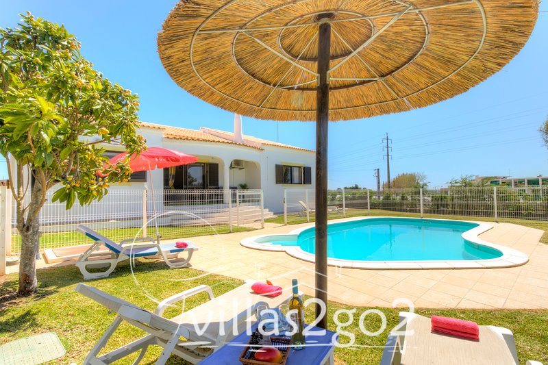 V3 Figos - 3 bed villa w/pool and A/C fenced garden, quiet area, vacation rental in Cumeada