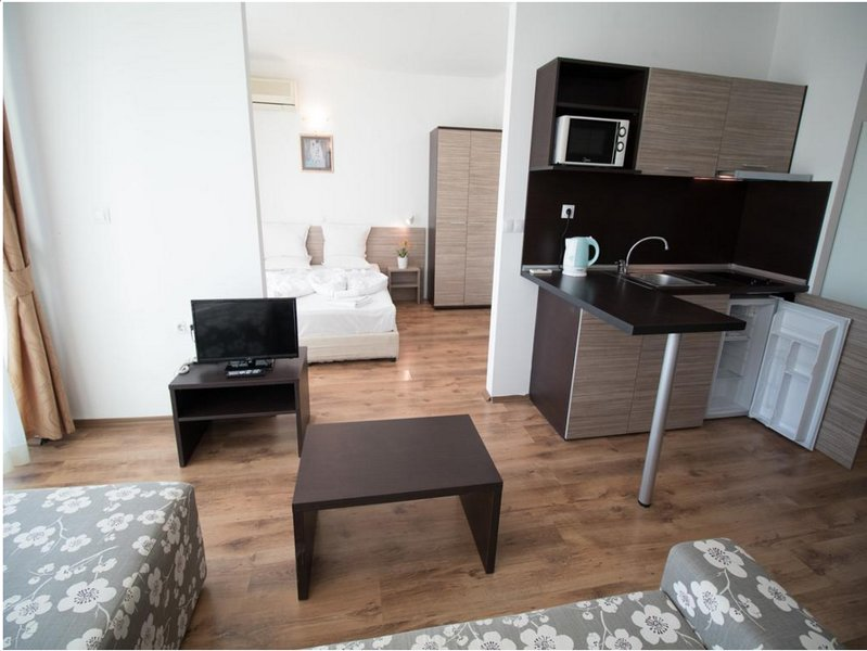 THE CLARA APARTHOTEL & RESIDENCE (Junior Suite w Pool View 6), holiday rental in Sarafovo