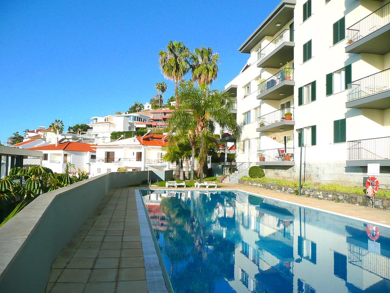 Funchal, LIDO area - Spacious south facing apt, 18 mtr pool & lovely garden, holiday rental in Funchal