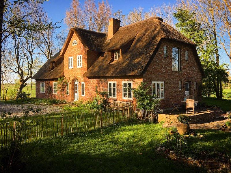 Stilvoll unter Reet mit parkartigem Garten auf Eiderstedt - Ferienwohnung, location de vacances à Tetenbuell