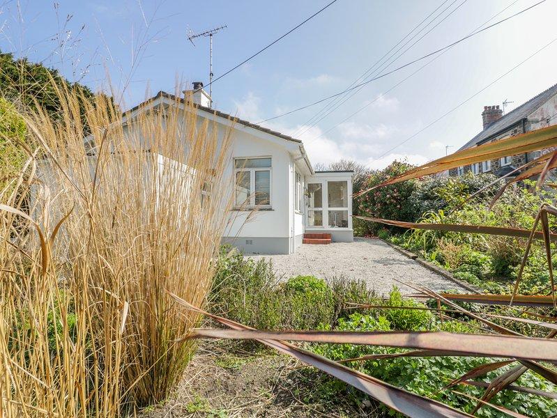 SANDBROOK, contemporary bungalow, enclosed garden, parking, coastal, in St Agnes, vacation rental in St Agnes