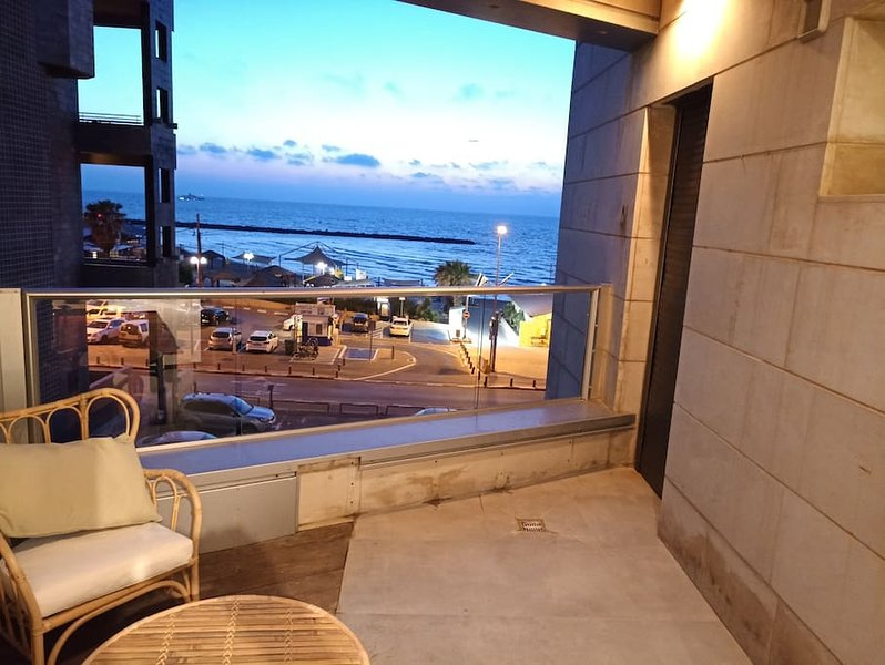 Mezizim Beach-Sea view apartment by Paybox-Rentals, vacation rental in Giv'atayim