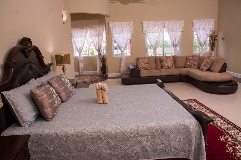 GC Villa | Master Suite w/Balcony, holiday rental in Tower Isle