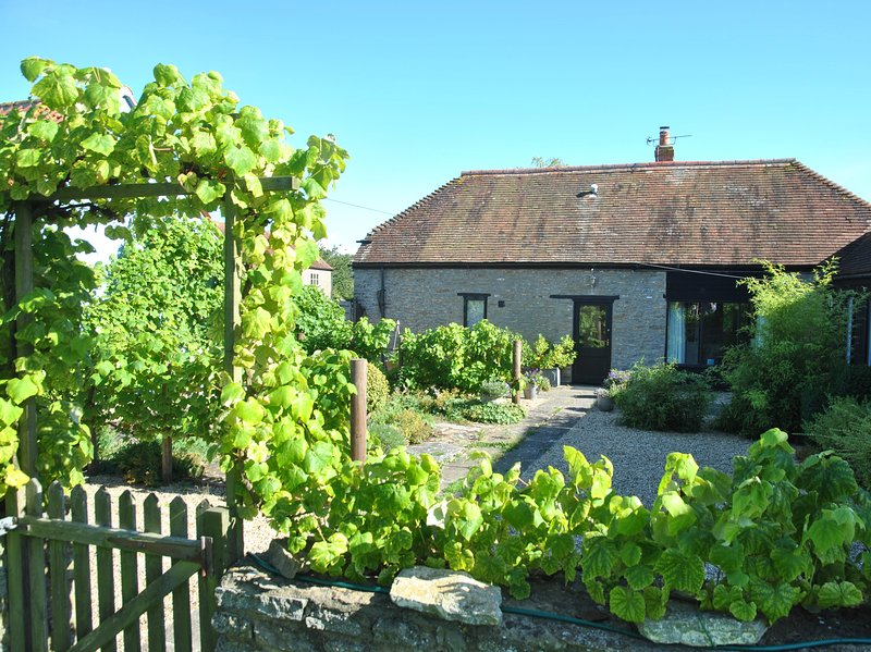 Courtyard Barn Luxury Property sleeps 6 plus cots. Peaceful and rural location., vacation rental in Wincanton