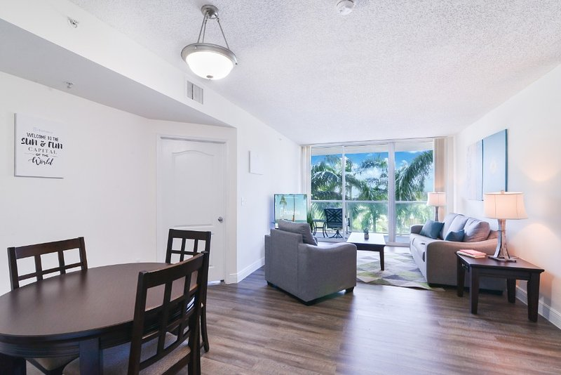 Charming Condo w POOL - 5-minute walk to Beach, holiday rental in Sunny Isles Beach